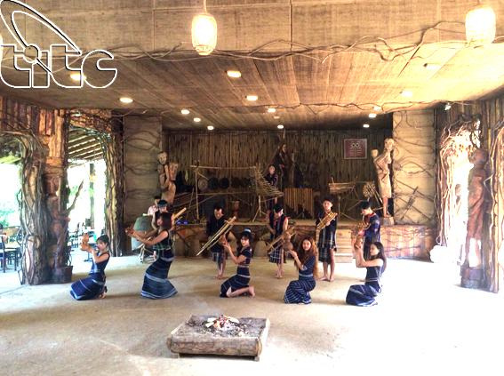 <p> hòa chung điệu múa của các chàng trai cô gái K'ho</p>