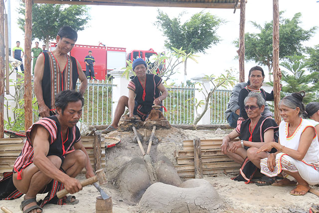 Độc đáo nghề rèn truyền thống của người Xơ Đăng