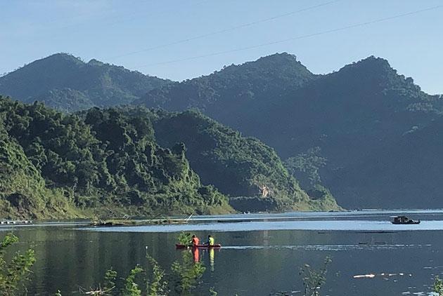 Thú vị lên núi chèo kayak ở Hòa Bình
