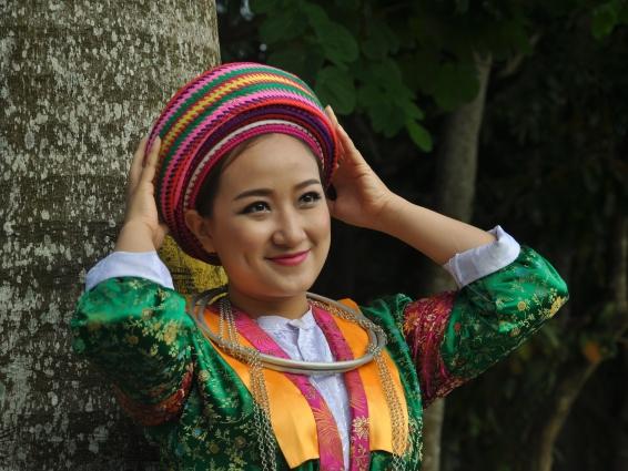 Sắc màu trang phục người Mông trắng