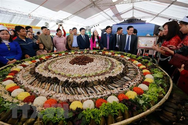 Xác lập kỷ lục mâm cỗ lá đặc sắc và lớn nhất Việt Nam
