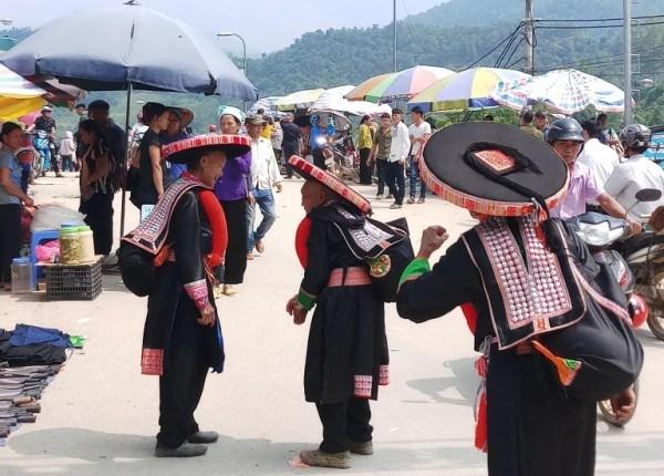 Độc đáo trang sức bằng bạc trên trang phục của phụ nữ Dao Đỏ ở Cao Bằng