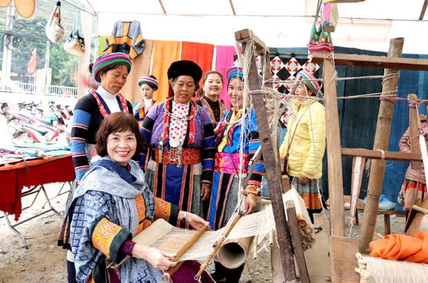 Quản Bạ phát triển nghề dệt lanh truyền thống