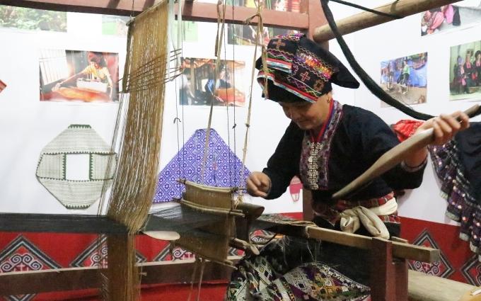 Khai mạc phiên chợ vùng cao ở Điện Biên