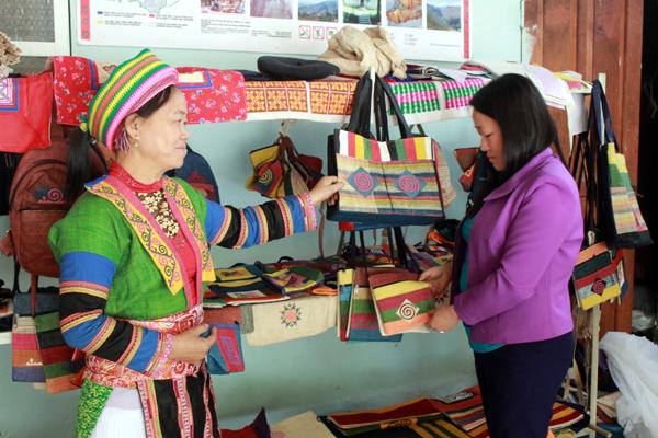 Ý nghĩa hoa văn trên trang phục phụ nữ Mông