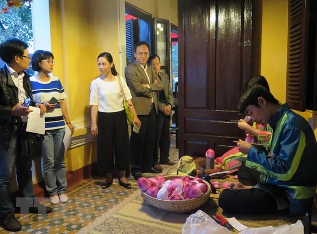 Huế: Làng nghề hoa giấy Thanh Tiên, tranh làng Sình thu hút du khách