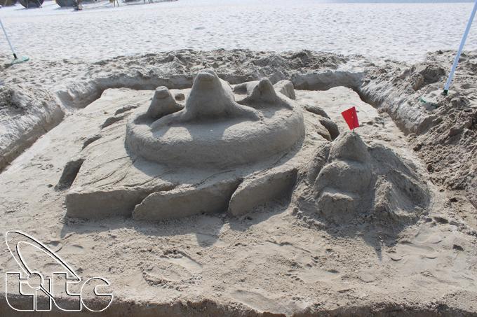 Thú vị đắp tượng cát trên bãi biển