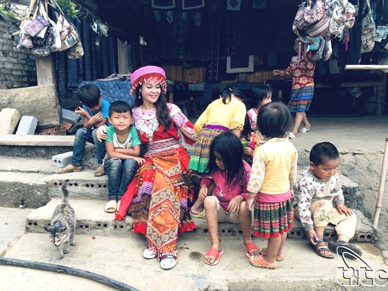 Trang phục độc đáo của phụ nữ người H'Mông ở bản Cát Cát (Lào Cai)
