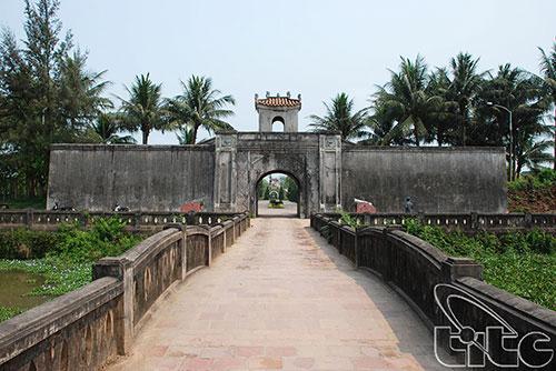 Đầu tư trên 3 tỷ đồng sửa chữa khẩn cấp kè hồ Thành cổ Quảng Trị