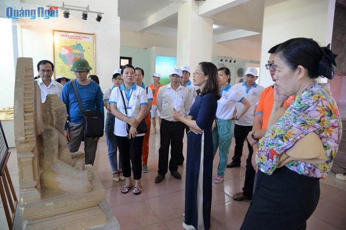 Du khách tìm hiểu văn hóa Sa Huỳnh qua các hiện vật ở Bảo tàng Tổng hợp tỉnh Quảng Ngãi