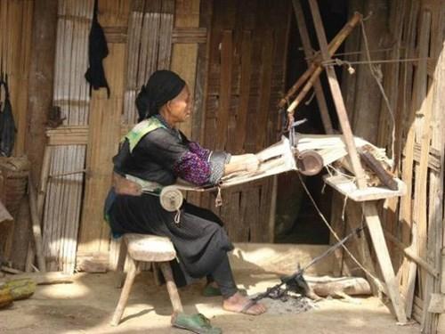 Trồng lanh, dệt vải - bản sắc văn hóa truyền thống của người Mông