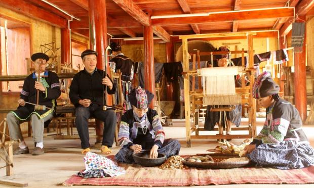 Độc đáo trang phục dân tộc Bố Y (Hà Giang)