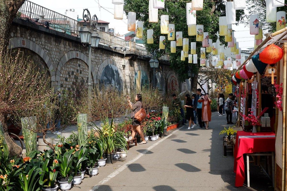 Phố bích họa - điểm vui chơi dịp cận Tết ở Hà Nội