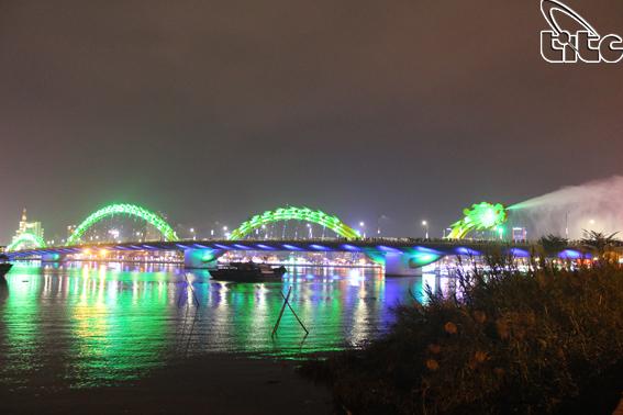 Đà Nẵng: Phun lửa, phun nước trên cầu Rồng dịp Tết Canh Tý năm 2020