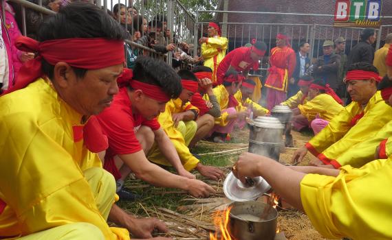 Độc đáo hội thi Kéo lửa nấu cơm tại hội xuân chùa Keo