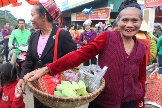 Độc đáo chợ phiên Mường Quạ (Con Cuông) ngày cuối năm