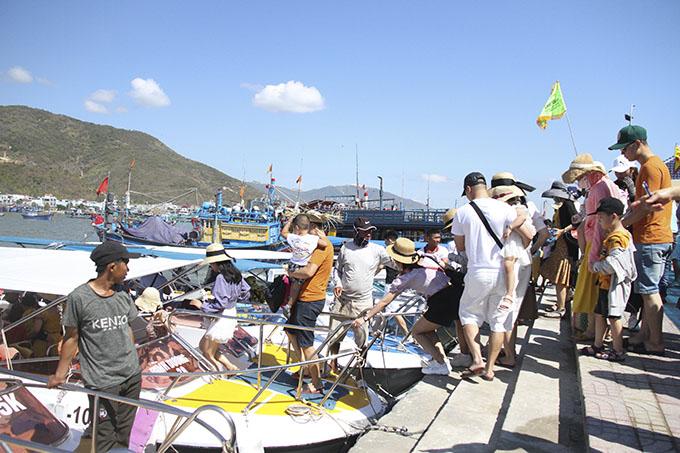 Khách tham quan vịnh Nha Trang (Khánh Hòa) tăng trở lại
