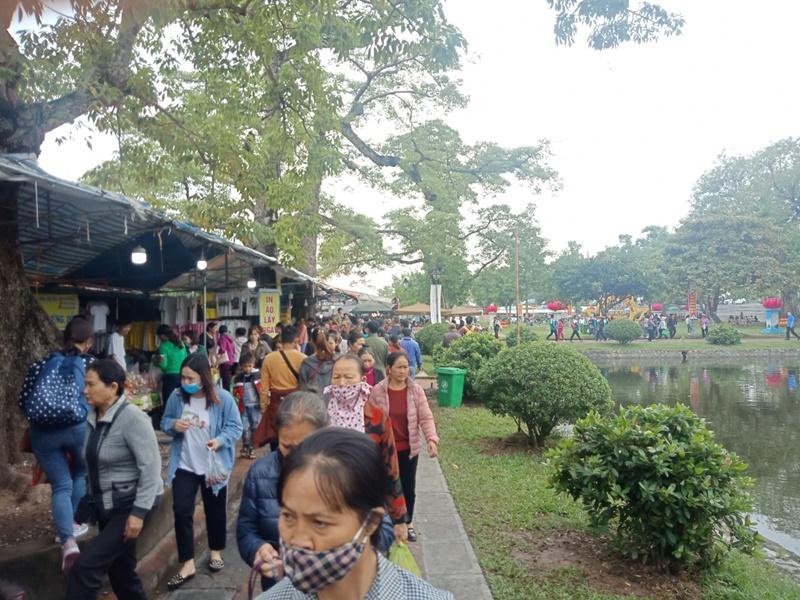 Hàng nghìn người đến lễ hội chùa Keo ở Thái Bình