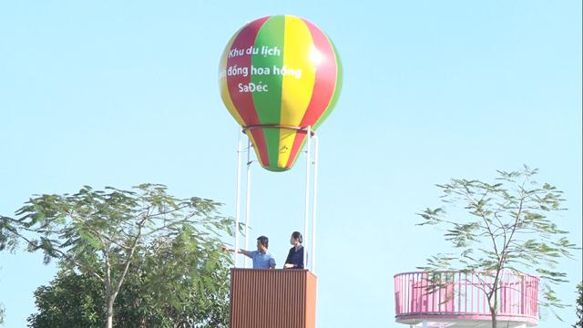 Khinh khí cầu tại Làng hoa Sa Đéc thu hút du khách đến chụp ảnh