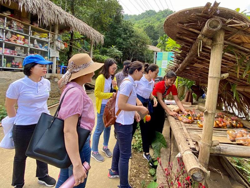Phát triển du lịch gắn với giữ gìn bản sắc văn hóa dân tộc Mường ở Tiền Phong (Hòa Bình)