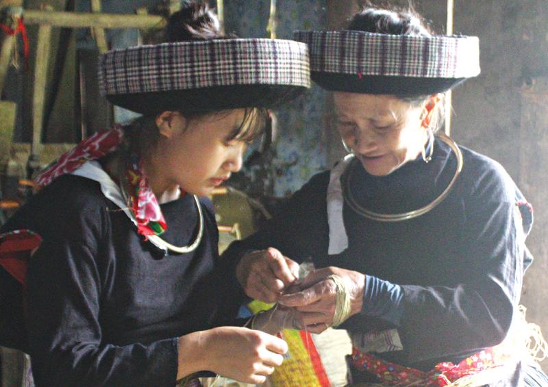 Người Mông xanh giữ nghề truyền thống