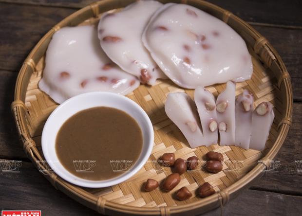 Món ăn bình dị suốt bao đời của người Hà Nội là bánh đúc chấm tương