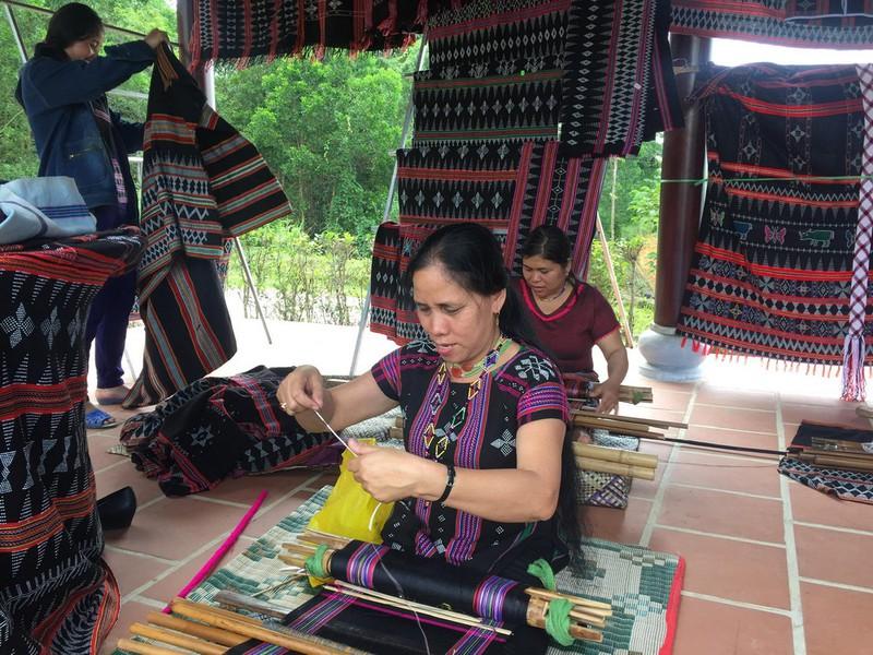 A Lưới (Thừa Thiên Huế) đưa thổ cẩm Zèng vào thời trang hiện đại