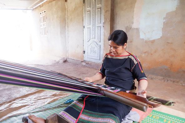 Phụ nữ buôn Knia gìn giữ nghề dệt truyền thống