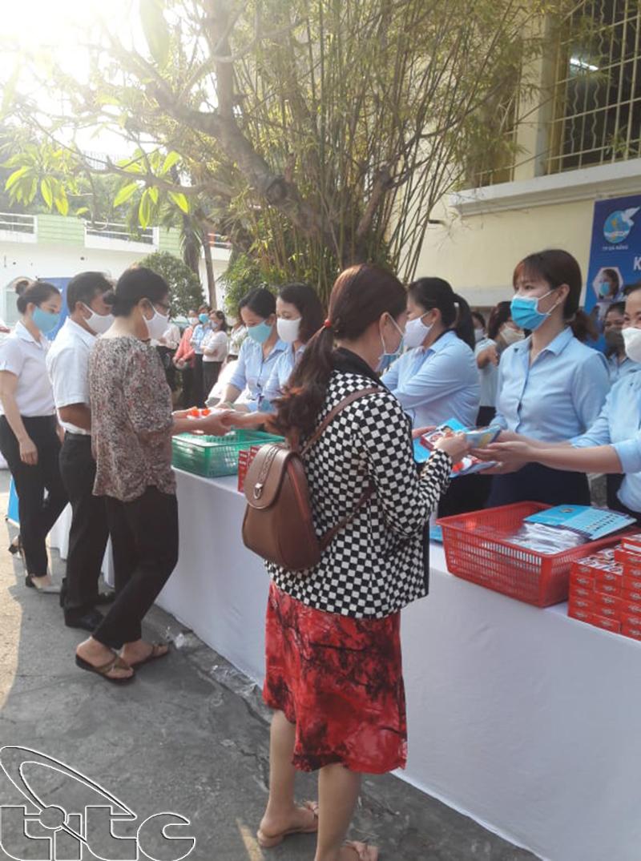 Phụ nữ Đà Nẵng phát khẩu trang và xà phòng sát khuẩn miễn phí