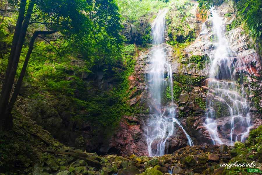Thác nước giữa rừng Chư Mom Ray (Kon Tum)