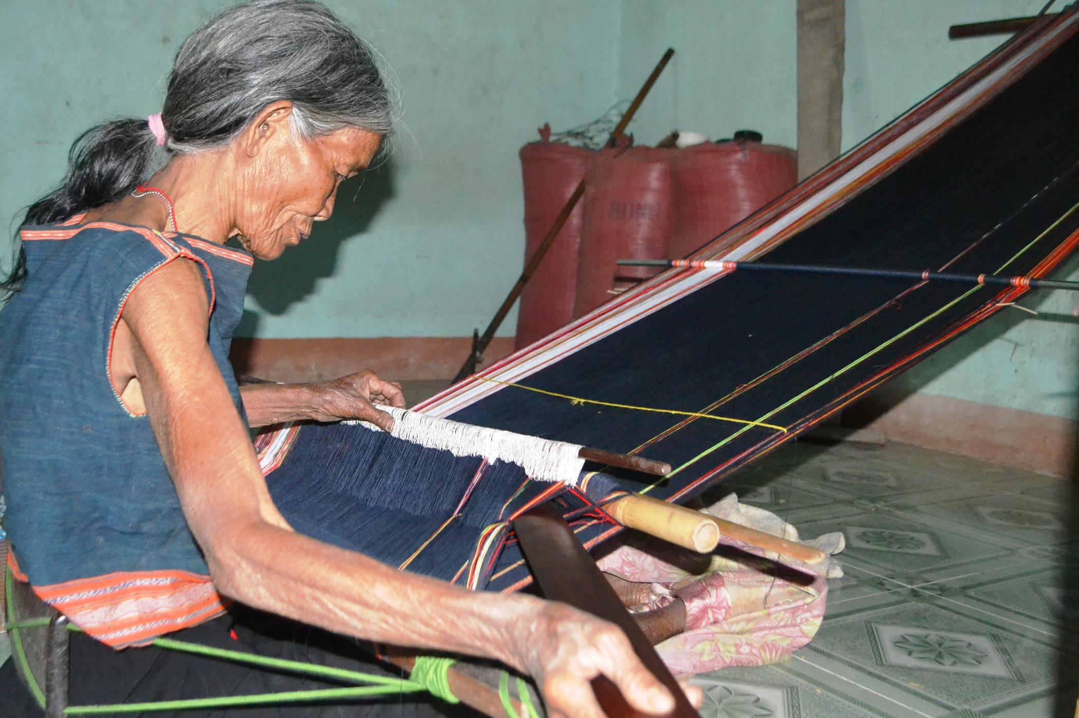 Giữ nghề dệt thổ cẩm của người Gia Rai ở làng Ba Rgốc