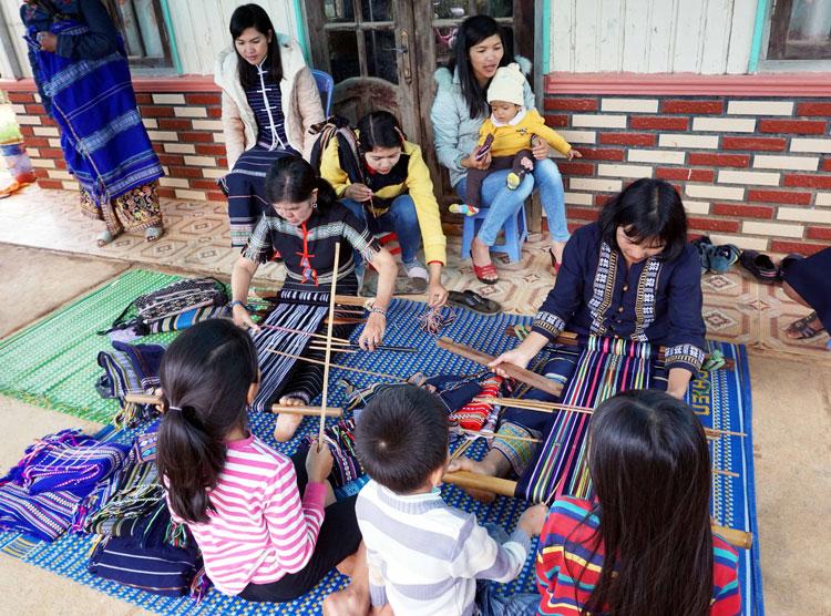 Độc đáo buôn văn hóa B'Nớ C ở Lạc Dương (Lâm Đồng)