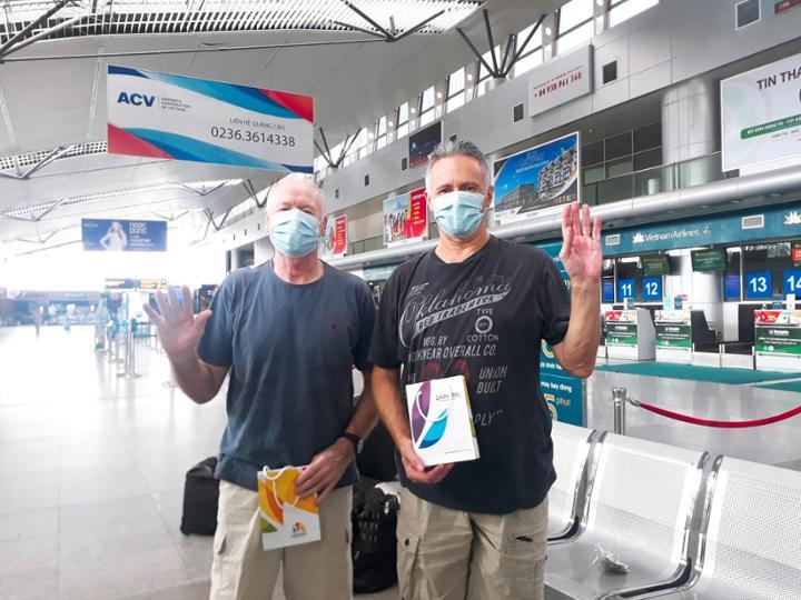 Hai du khách người Anh rời Đà Nẵng không quên nói lời cảm ơn