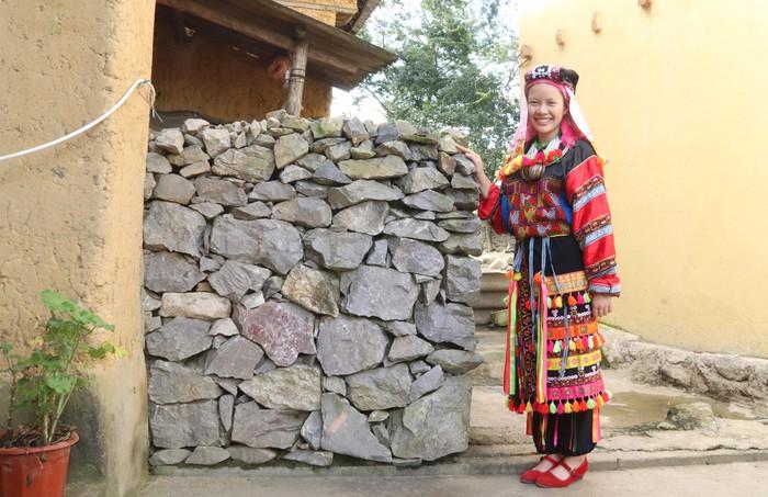 Vẻ đẹp trang phục phụ nữ Lô Lô trên cực Bắc