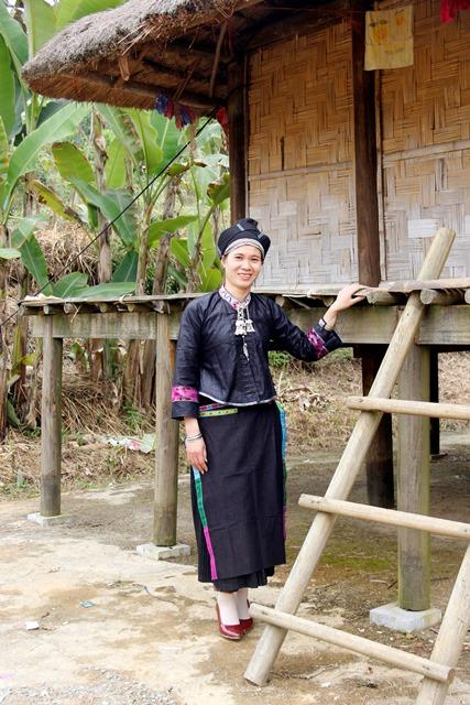 Vẻ đẹp trang phục truyền thống của phụ nữ Nùng Dín
