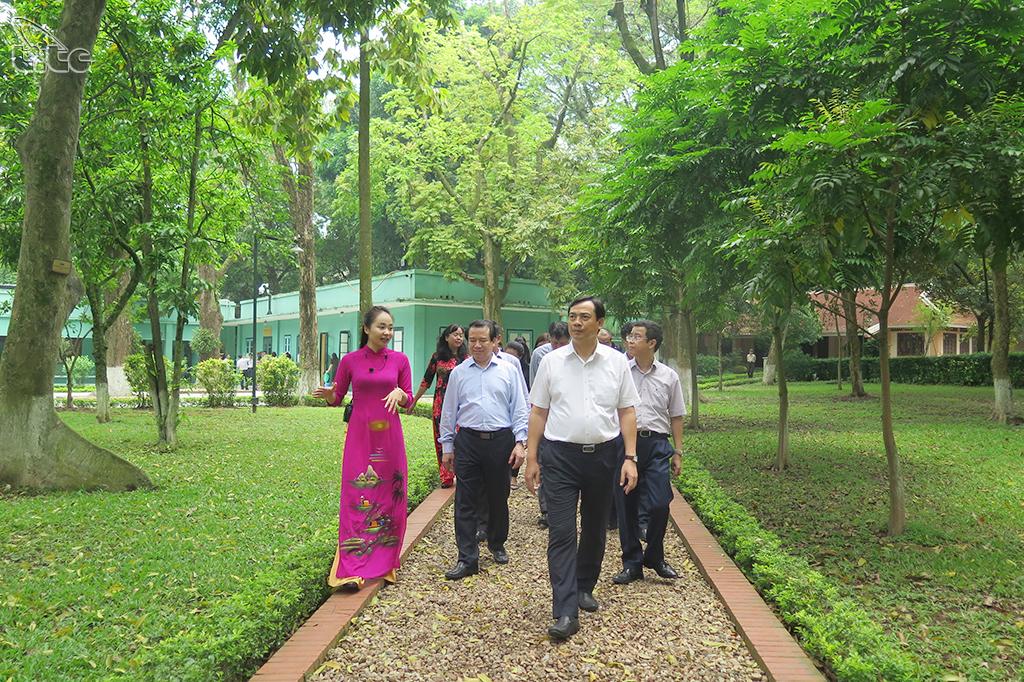 Tổng cục trưởng Nguyễn Trùng Khánh dẫn đầu đoàn Tổng cục Du lịch thăm và dâng hương tại Khu di tích Chủ tịch Hồ Chí Minh tại Phủ Chủ tịch