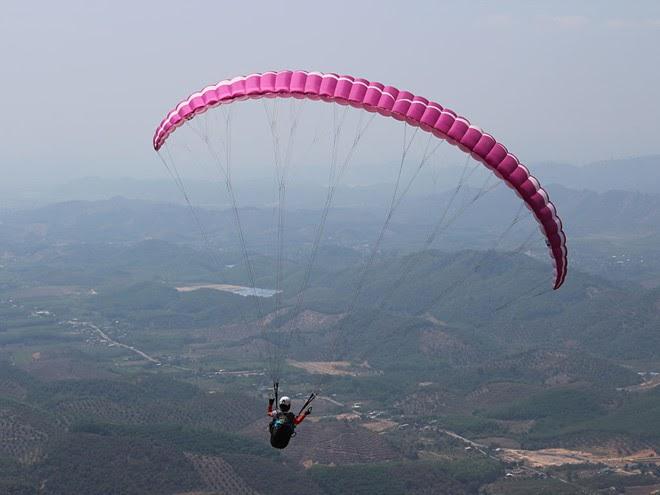 Trải nghiệm bay dù lượn tại đỉnh Con Ó, Lâm Đồng