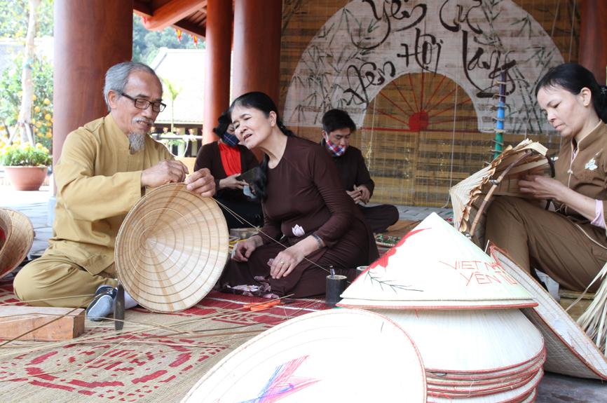 Trải nghiệm làm nón lá ở Yên Tử