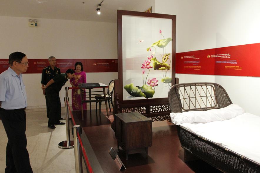 Thăm phòng trưng bày Bác Hồ với Quảng Ninh