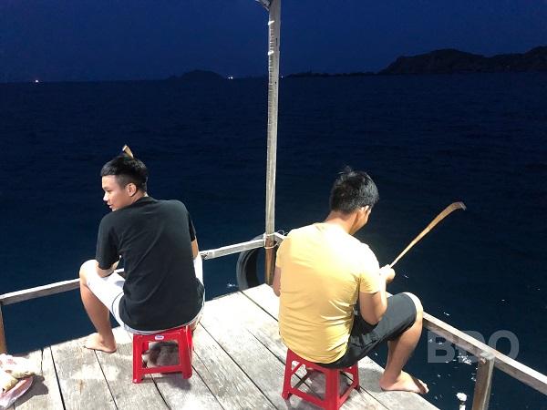 Du khách trải nghiệm làm ngư dân