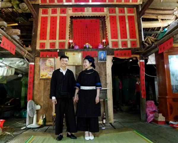 Độc đáo tục dán giấy đỏ bàn thờ tổ tiên của người Nùng ở Cao Bằng