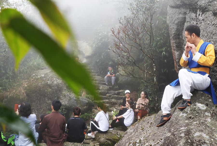 Đón bình minh trên đỉnh non thiêng Yên Tử