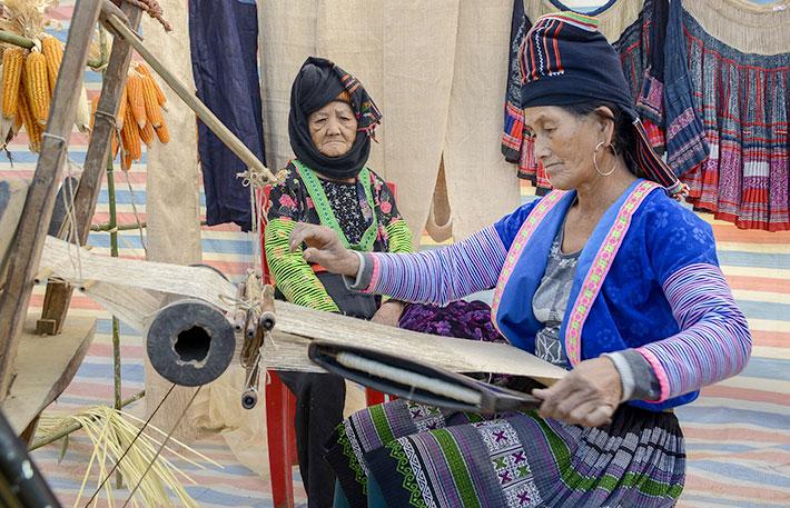 Về Mường Phăng xem người Mông gìn giữ nghề truyền thống