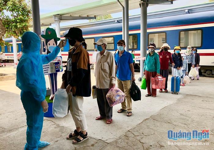 Kiểm soát chặt chẽ hành khách đi tàu về ga Quảng Ngãi