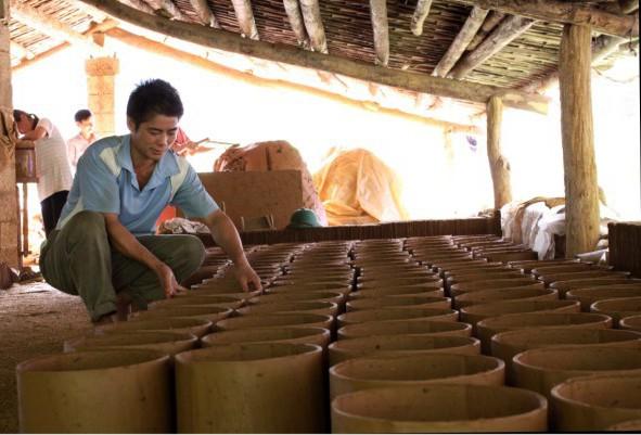 """Quảng Hòa (Cao Bằng) """"Giữ lửa"""" nghề làm ngói máng truyền thống"""
