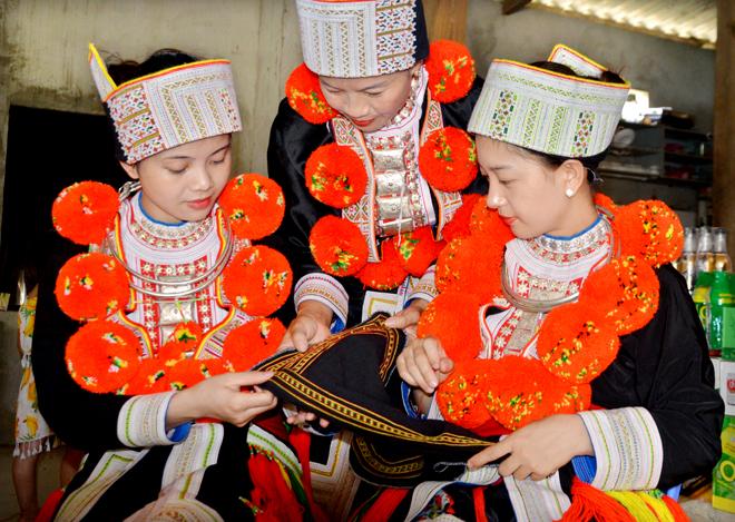 Phụ nữ thôn Bản Lục (Tuyên Quang) giữ gìn bản sắc văn hóa