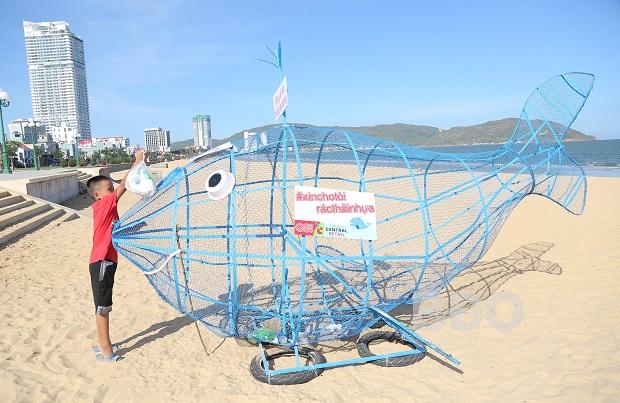 """Đặt 5 mô hình """"cá voi ăn rác thải nhựa"""" trên bãi biển Quy Nhơn"""