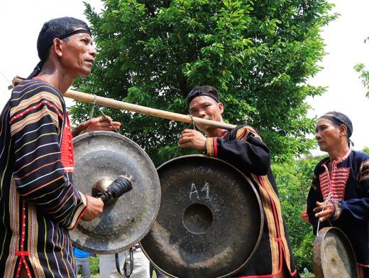 Đồng bào Gia Rai (Gia Lai) làm lễ cúng lên nhà Rông