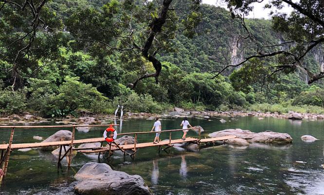 Khám phá suối Nước Moọc (Quảng Bình)