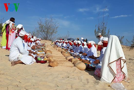 Người Chăm ở Ninh Thuận có nhiều đổi mới trong việc cưới, việc tang